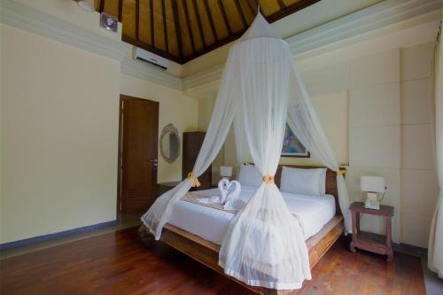 A bed or beds in a room at Ladera Villa Ubud