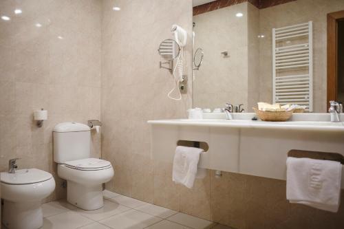 A bathroom at Hotel Restaurante Emilio