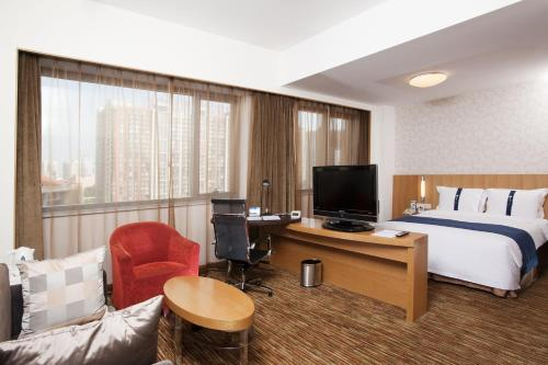 A television and/or entertainment centre at Holiday Inn Express Beijing Wangjing, an IHG Hotel
