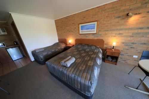 A bed or beds in a room at Quays Motel San Remo