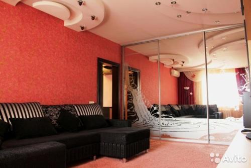 A seating area at Apartment on Koshurnikova 22