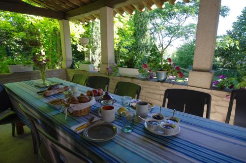 A restaurant or other place to eat at Les Lilas de Diane
