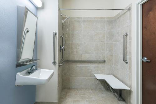 A bathroom at Microtel Inn and Suites Baton Rouge Airport