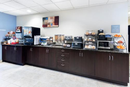 A restaurant or other place to eat at Microtel Inn and Suites Baton Rouge Airport