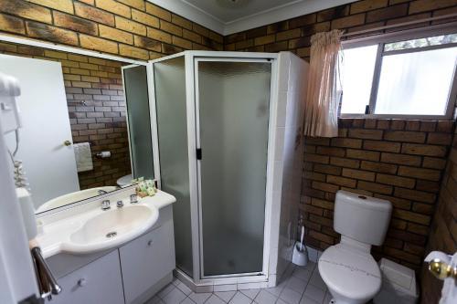 A bathroom at Park House Motor Inn