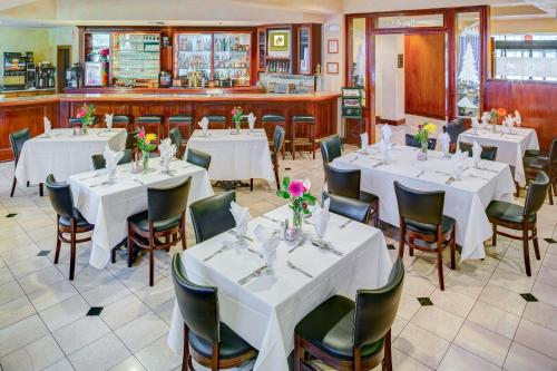 A restaurant or other place to eat at Lake Natoma Inn