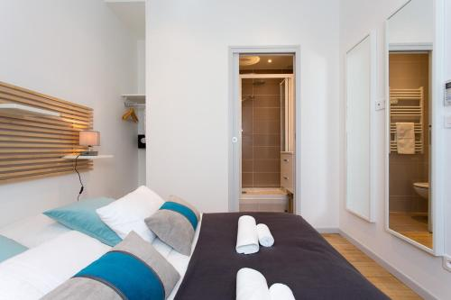 A bed or beds in a room at Teisseire Accomodations