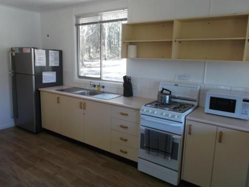 A kitchen or kitchenette at Robinsons Cabin