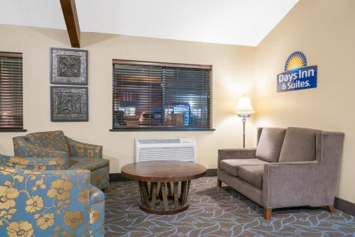 A seating area at Days Inn & Suites by Wyndham Baxter Brainerd Area