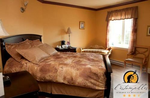 A bed or beds in a room at L'estampilles