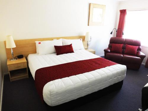 A bed or beds in a room at Edinburgh Motor Inn