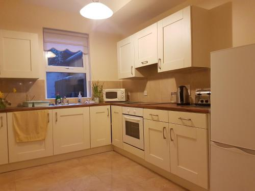 A kitchen or kitchenette at Chamberlain House