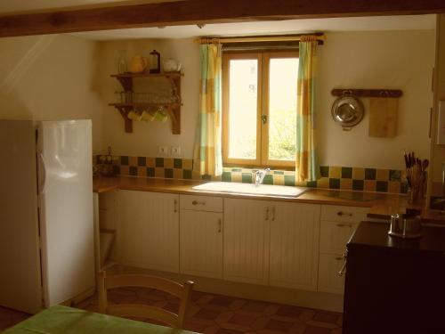 A kitchen or kitchenette at Les Jolies Arches, Manoir de Longeveau
