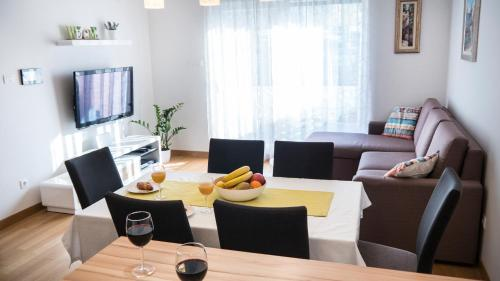 A restaurant or other place to eat at Apartment Nikolina