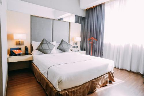 A bed or beds in a room at Hotel Granada Johor Bahru