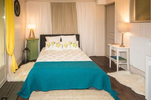 A bed or beds in a room at Le Balcon