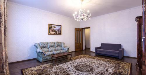 Гостиная зона в Stremyannaya 7 Apartment