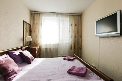 A bed or beds in a room at Apartments Akademika Glushko, 14к1