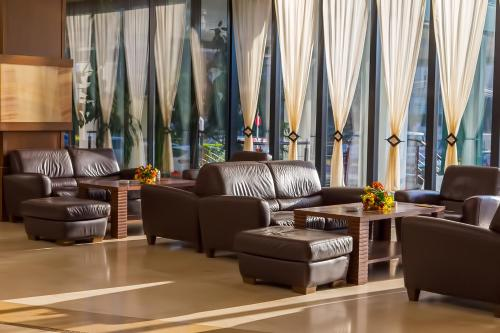 A seating area at Grand Hotel Napoca