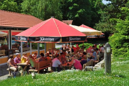 Ein Restaurant oder anderes Speiselokal in der Unterkunft Landgasthof Alter Bahnhof
