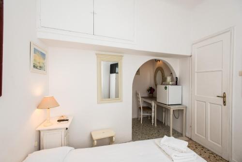 Un pat sau paturi într-o cameră la Hotel Delphines