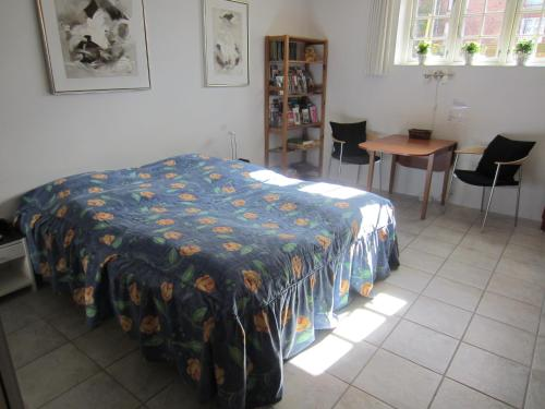A bed or beds in a room at Bed and Breakfast hos Hanne Bach