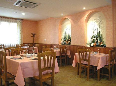 A restaurant or other place to eat at Hostal Castilla
