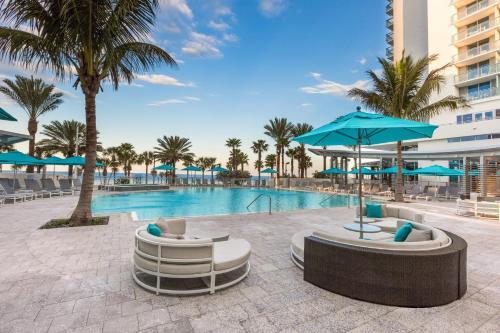 Der Swimmingpool an oder in der Nähe von Wyndham Grand Clearwater Beach
