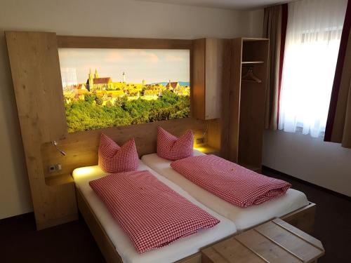 Ein Bett oder Betten in einem Zimmer der Unterkunft Gasthof Alte Schreinerei