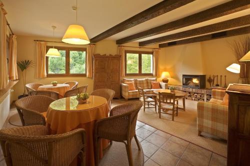 A seating area at Hotel Rural Besaro - Selva de Irati