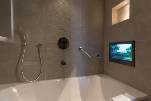 A bathroom at The Kings Head Hotel