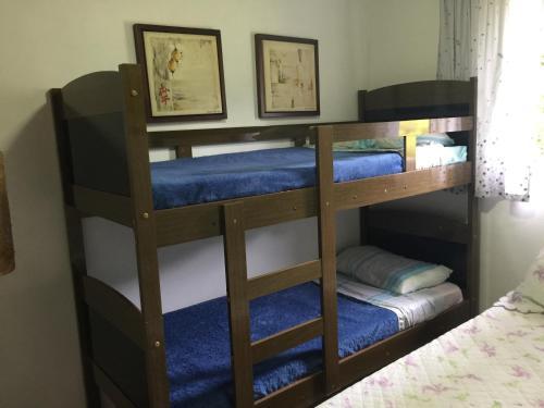 Uma ou mais camas em beliche em um quarto em Sítio Bicho Feliz
