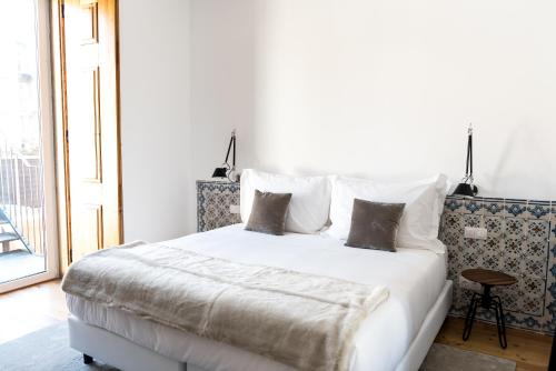 A bed or beds in a room at Flora Chiado Apartments