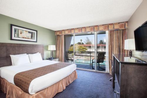 A bed or beds in a room at Travelodge by Wyndham Monterey Bay