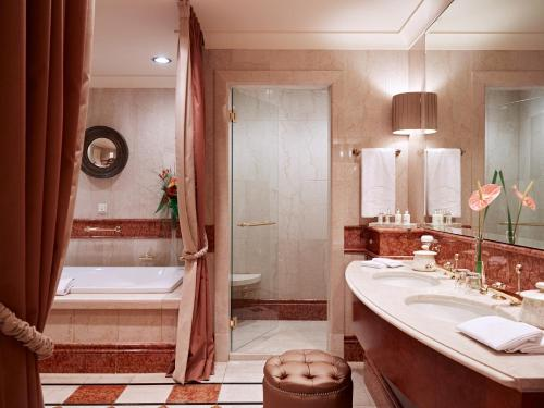 A bathroom at Grand Hotel Wien