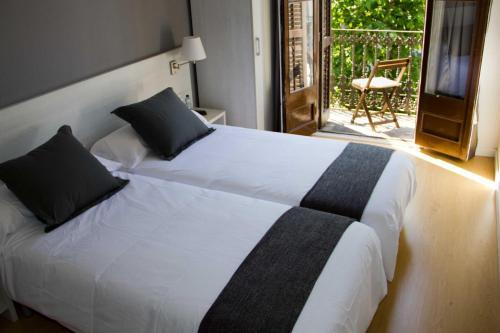 Ένα ή περισσότερα κρεβάτια σε δωμάτιο στο Hostalin Barcelona Diputación
