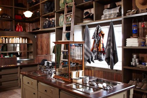 A kitchen or kitchenette at Anvil Hotel