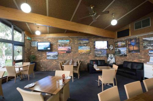 A restaurant or other place to eat at Mannum Motel
