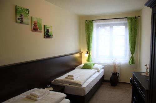 Postel nebo postele na pokoji v ubytování Hotel Koruna Prachatice