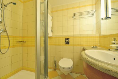 A bathroom at Danubius Hotel Bük