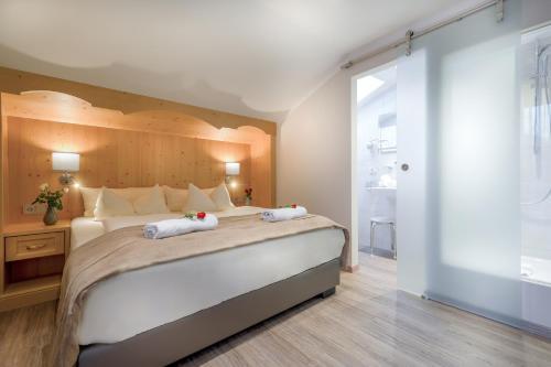 Ein Bett oder Betten in einem Zimmer der Unterkunft Hotel Alpenstuben