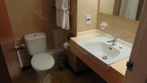 A bathroom at The Harrowgate Hill Lodge
