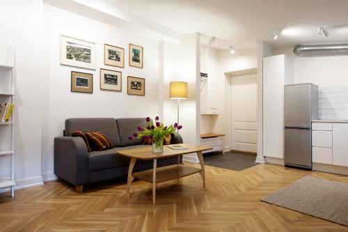 A seating area at Vana-Posti Apartment