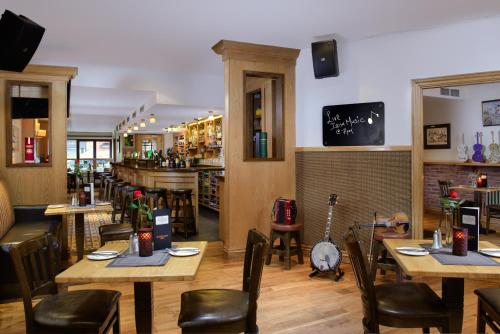 A restaurant or other place to eat at Coachmans Townhouse Hotel