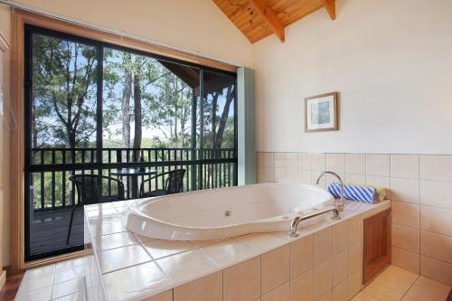 A bathroom at Romantic Cottage for 2