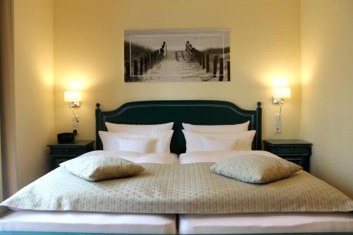 En eller flere senge i et værelse på Kurhaus Devin