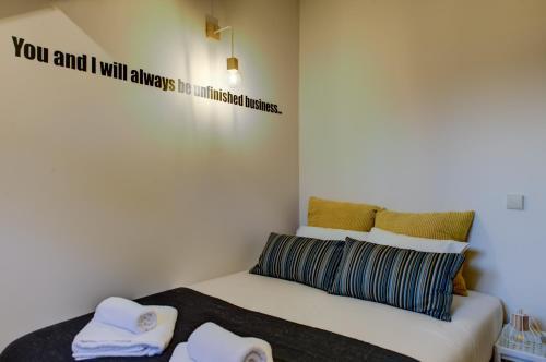Uma cama ou camas num quarto em Ribeira Cinema Apartments