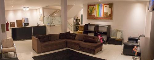Uma área de estar em Hotel Arco Iris