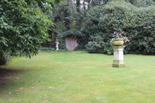 Ein Garten an der Unterkunft Hotel Garni Rosengarten
