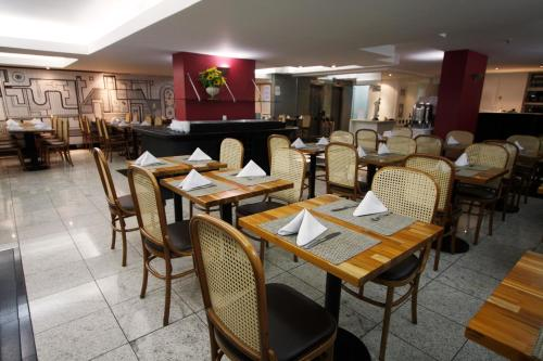 A restaurant or other place to eat at Américas Benidorm Hotel